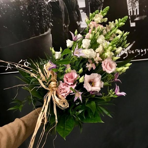 White and pastel funeralbouquet