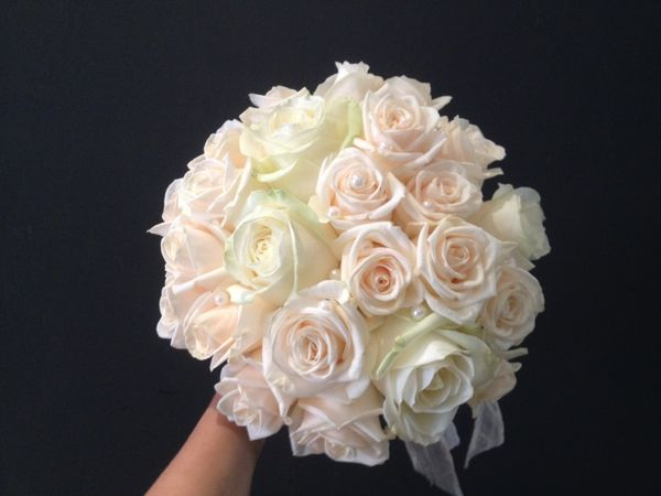 Wedding bouquet made of white and champange colored roses