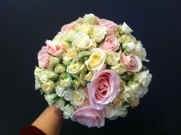 White and pink weddingbouquet made of roses